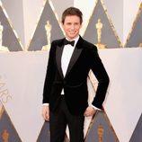 Eddie Redmayne en la alfombra roja de los Oscar 2016