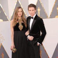 Eddie y Hannah Redmayne en la alfombra roja de los Oscar 2016