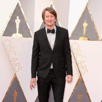 Tom Hooper en la alfombra roja de los Oscar 2016