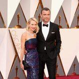 Naomi Watts y Liev Schreiber en la alfombra roja de los Oscar 2016