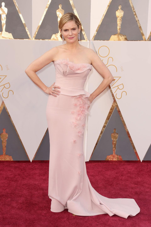 Jennifer Jason Leigh en la alfombra roja de los Oscar 2016