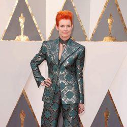 Sandy Powell en la alfombra roja de los Oscar 2016