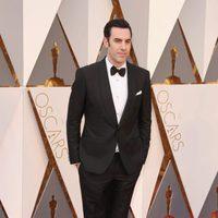 Sacha Baron Cohen en la alfombra roja de los Oscar 2016