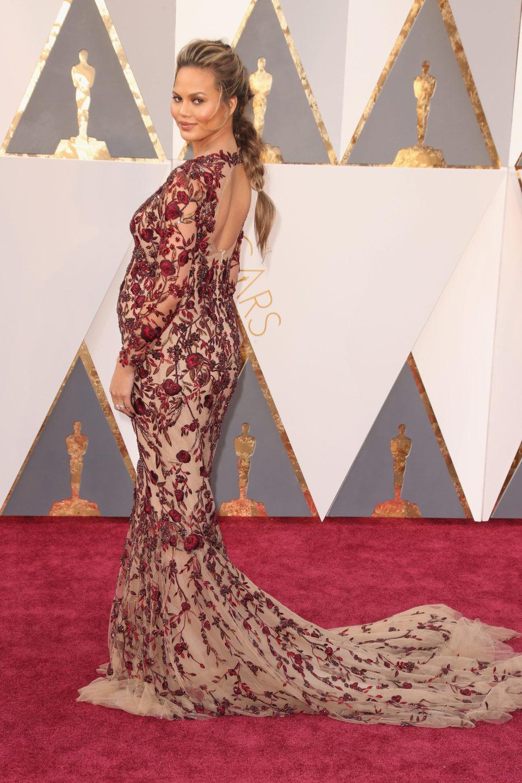 Chrissy Teigen en la alfombra roja de los Oscar 2016