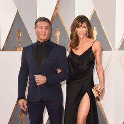 Sylvester Stallone y Jennifer Flavin en la alfombra roja de los Oscar 2016