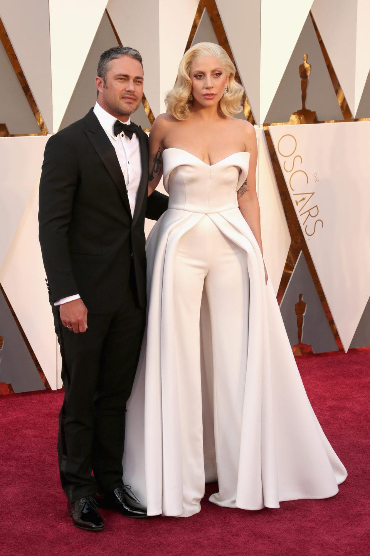 Taylor Kinney y Lady Gaga en la alfombra roja de los Oscar 2016