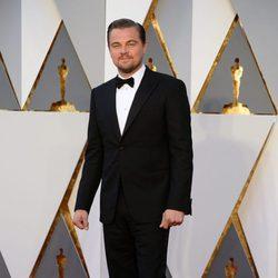 Leonardo DiCaprio en la alfombra roja de los Oscar 2016
