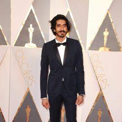 Dev Patel en la alfombra roja de los Oscar 2016
