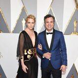 Mark Ruffalo y Sunrise Coigney en la alfombra roja de los Oscar 2016