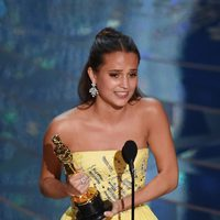 Alicia Vikander and her Oscar as Best Supporting Actress