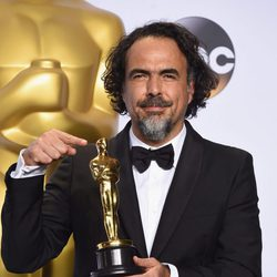 Alejandro G. Inarritu posa con su Oscar