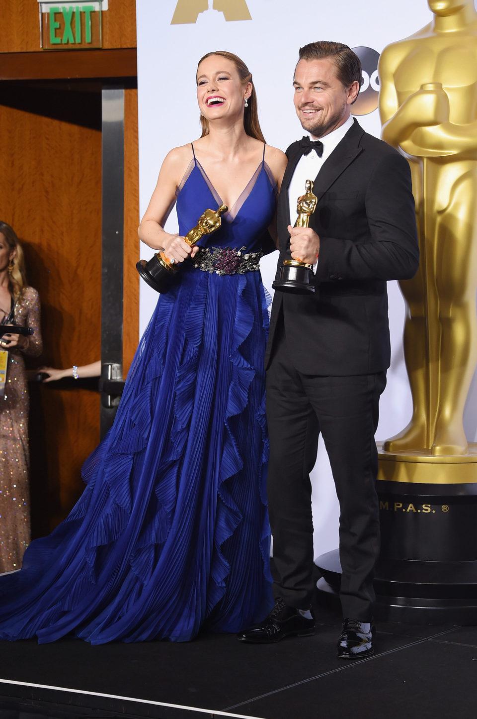 Brie Larson y Leonardo DiCaprio posan con su Oscar