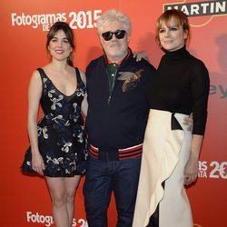 Adriana Ugarte, Pedro Almodóvar y Emma Suárez en la alfombra roja de los Fotogramas de Plata 2015