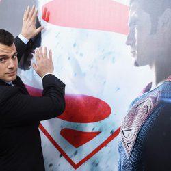 El actor Henry Cavill posa en la premiere de 'Batman v Superman' en Nueva York