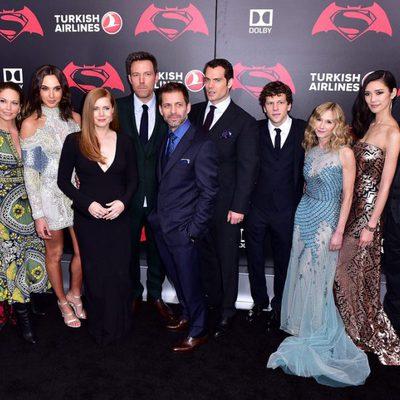Reparto y equipo de 'Batman v Superman' posan juntos en la premiere de Nueva York