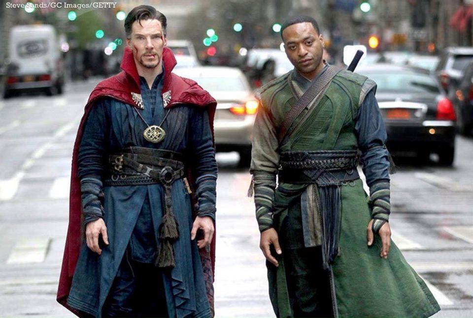 Benedict Cumberbatch y Chiwetel Ejiofor posando como Doctor Extraño y Barón Mordo