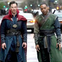 Benedict Cumberbatch y Chiwetel Ejiofor posing as Doctor Strange and Baron Mordo
