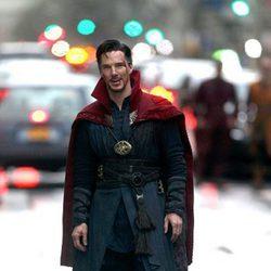 Benedict Cumberbatch sonriendo en el rodaje de 'Doctor Extraño'