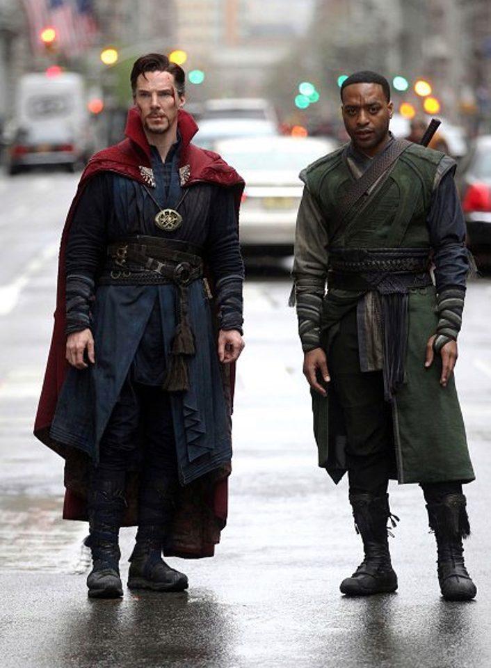 Benedict Cumberbatch y Chiwetel Ejiofor como Doctor Extraño y Barón Mordo
