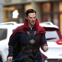 Benedict Cumberbatch corriendo por las calles en el rodaje de 'Doctor Extraño'