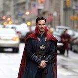 Benedict Cumberbatch con mirada serie en el rodaje de 'Doctor Extraño'