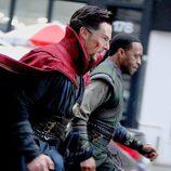 Benedict Cumberbatch y Chiwetel Ejiofor preprándose para la batalla