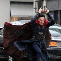 Benedict Cumberbatch preparándose para atacar en el rodaje de 'Doctor Extraño'