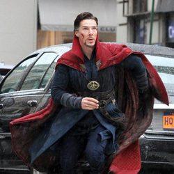 Benedict Cumberbatch mirando hacia arriba en el rodaje de 'Doctor Extraño'