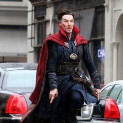 Benedict Cumberbatch levitando en el rodaje de 'Doctor Extraño'