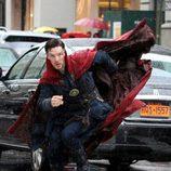 Benedict Cumberbatch soportando la lluvia durante el rodaje de 'Doctor Extraño'