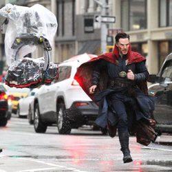 Benedict Cumberbatch corriendo bajo la lluvia en el rodaje de 'Doctor Extraño'