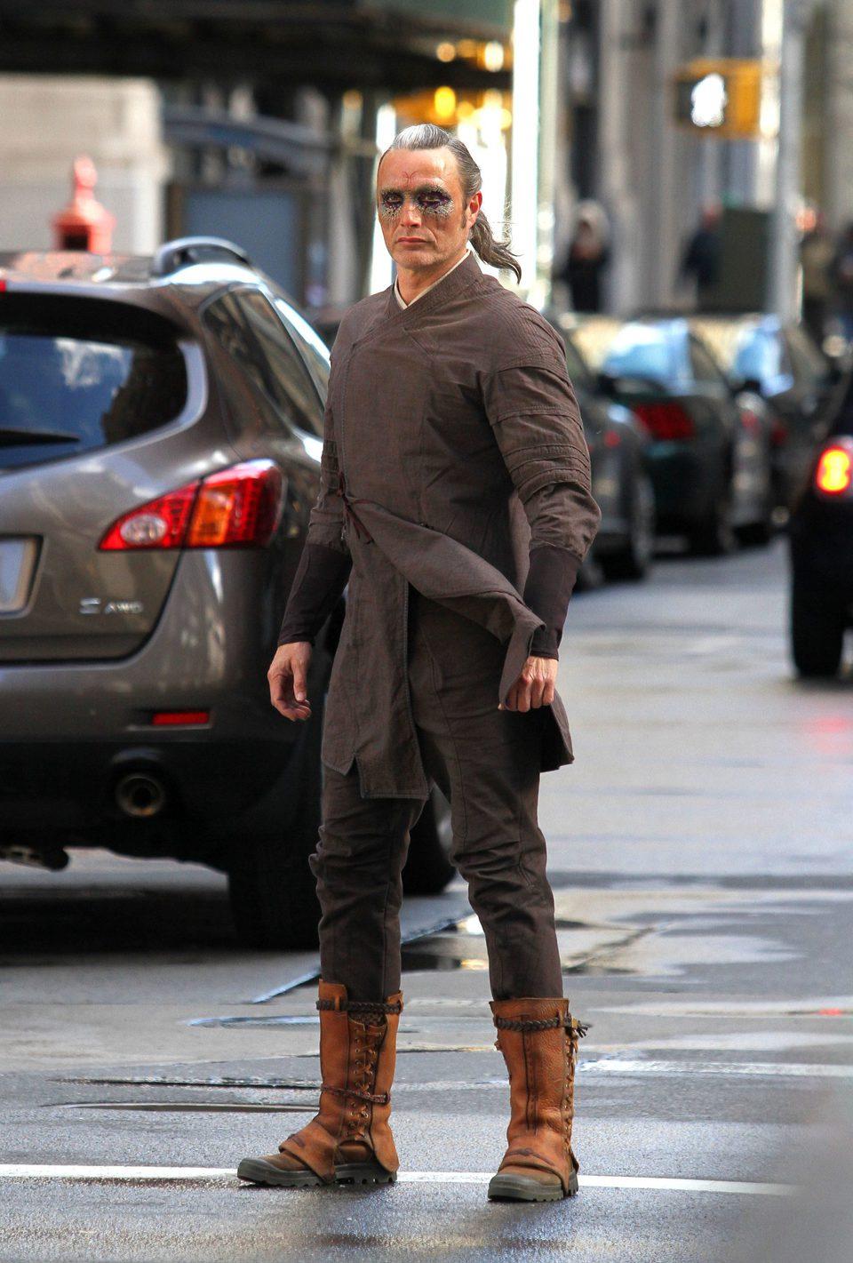 Mads Mikkelsen en el set de Nueva York de 'Doctor Extraño'