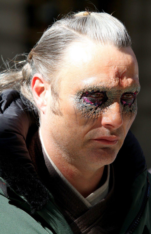 Primer plano del maquillaje de los ojos de Mads Mikkelsen en 'Doctor Extraño'