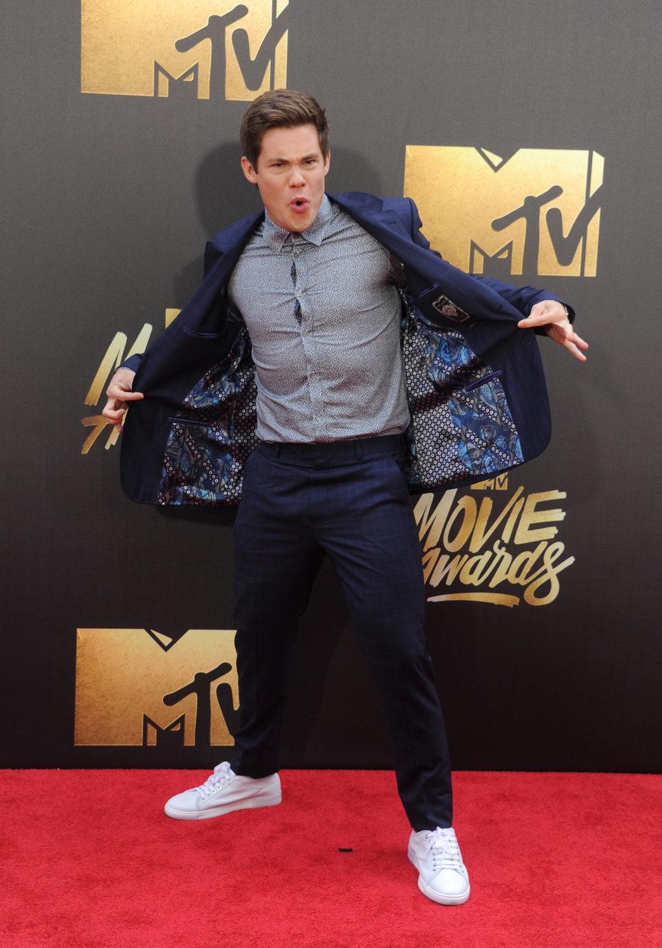 Adam DeVine en la alfombra roja de los MTV Movie Awards 2016