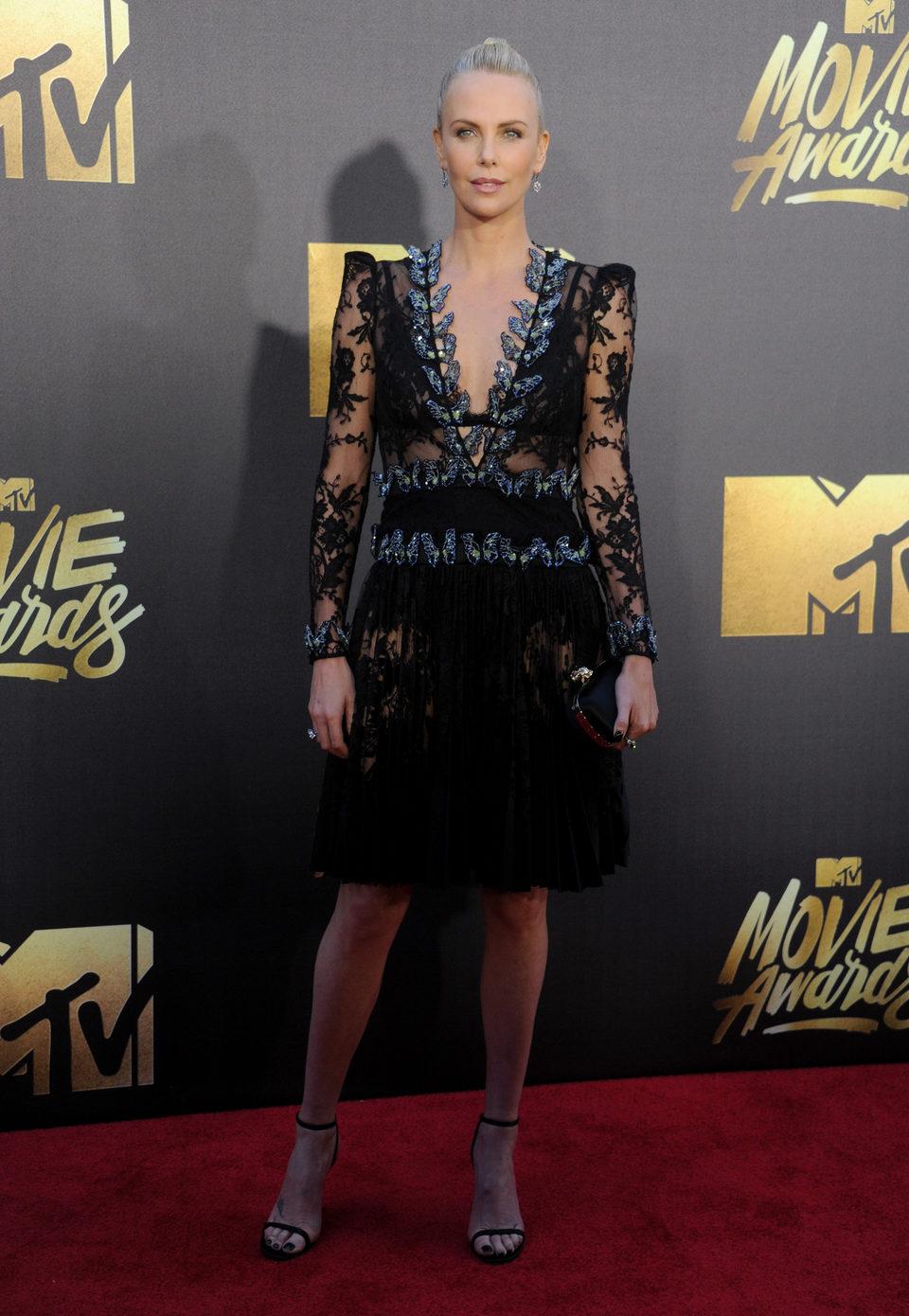 Charlize Theron en la alfombra roja de los MTV Movie Awards 2016