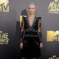 Charlize Theron en la alfombra roja de los MTV Movie Awards 2016