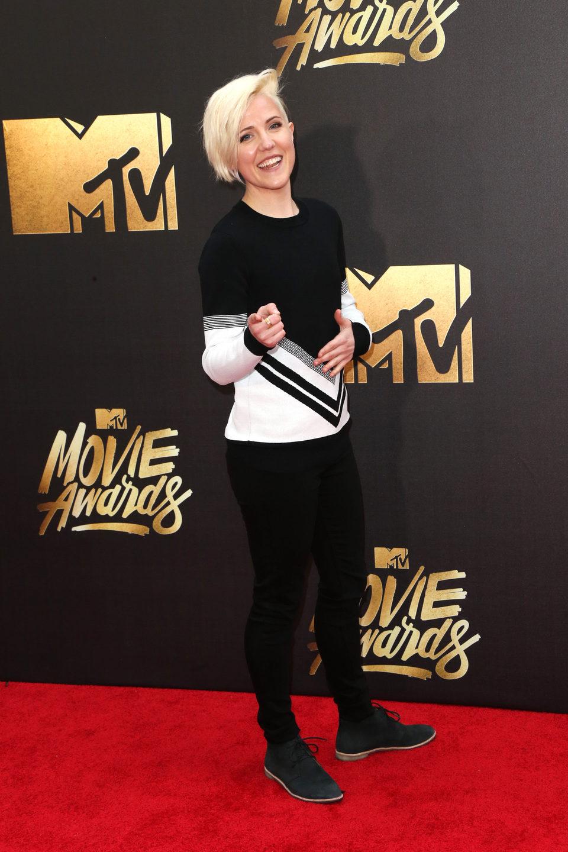 Hannah Hart en la alfombra roja de los MTV Movie Awards 2016
