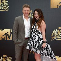 Jillian Rose Reed y Brett Davern en la alfombra roja de los MTV Movie Awards 2016
