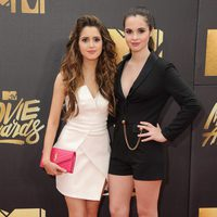 Laura y Vanessa Marano en la alfombra roja de los MTV Movie Awards 2016