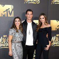 Miles Teller acompañado en la alfombra roja de los MTV Movie Awards 2016