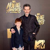 Simon Kinberg y su hijo en la alfombra roja de los MTV Movie Awards 2016