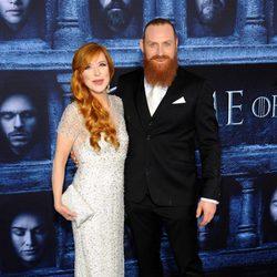 Kristofer Hivju y su esposa en la premiere de la sexta temporada de 'Juego de Tronos'