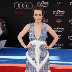 Elizabeth Henstridge en la premiere mundial de 'Capitán América: Civil War'