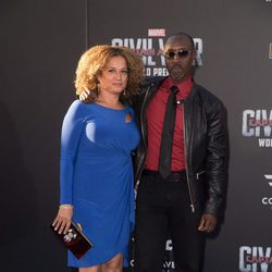 Don Cheadle y Bridgid Coulter en la premiere mundial de 'Capitán América: Civil War'