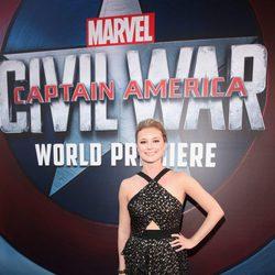 Emily VanCamp en la premiere mundial de 'Capitán América: Civil War'