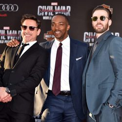 Chris Evans, Robert Downey Jr. y Anthony Mackie en la premiere mundial de 'Capitán América: Civil War'