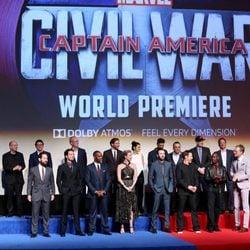 Parte del reparto de 'Capitán América: Civil War' posan juntos en su premiere mundial