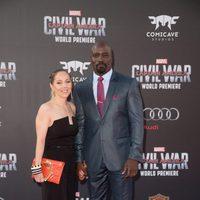 Mike Colter y su esposa en la premiere mundial de 'Capitán América: Civil War'