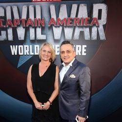 Joe Russo acompañado en la premiere mundial de 'Capitán América: Civil War'