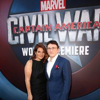 Anthony Russo acompañado en la premiere mundial de 'Capitán América: Civil War'